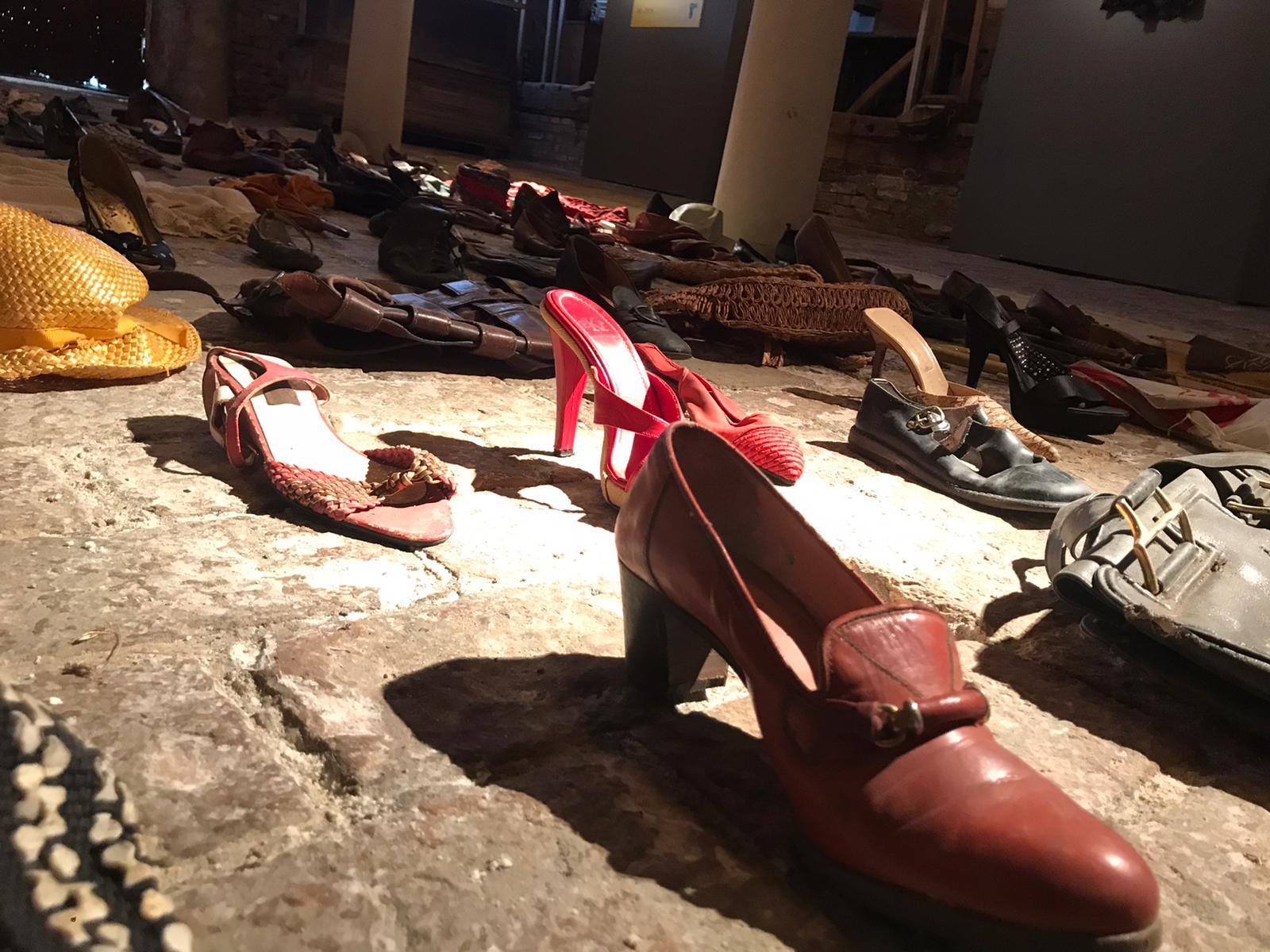 Nelle pieghe dell'infraordinario - dettaglio scarpe