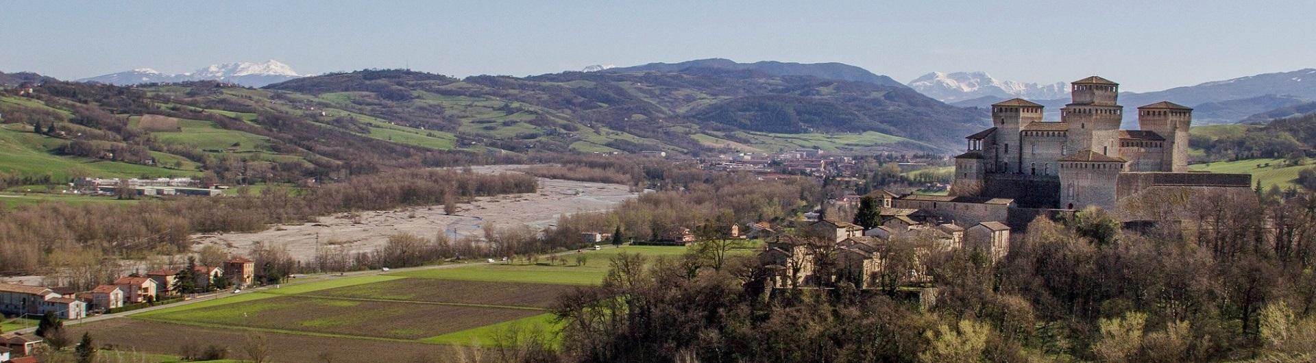 Bianca pellegrina - castello Torrechiara e fiume Parma.jpg